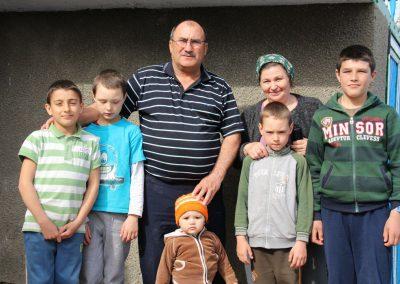 Familie-Sirbu-met-pleegkinderen-en-een-kleinkind-2